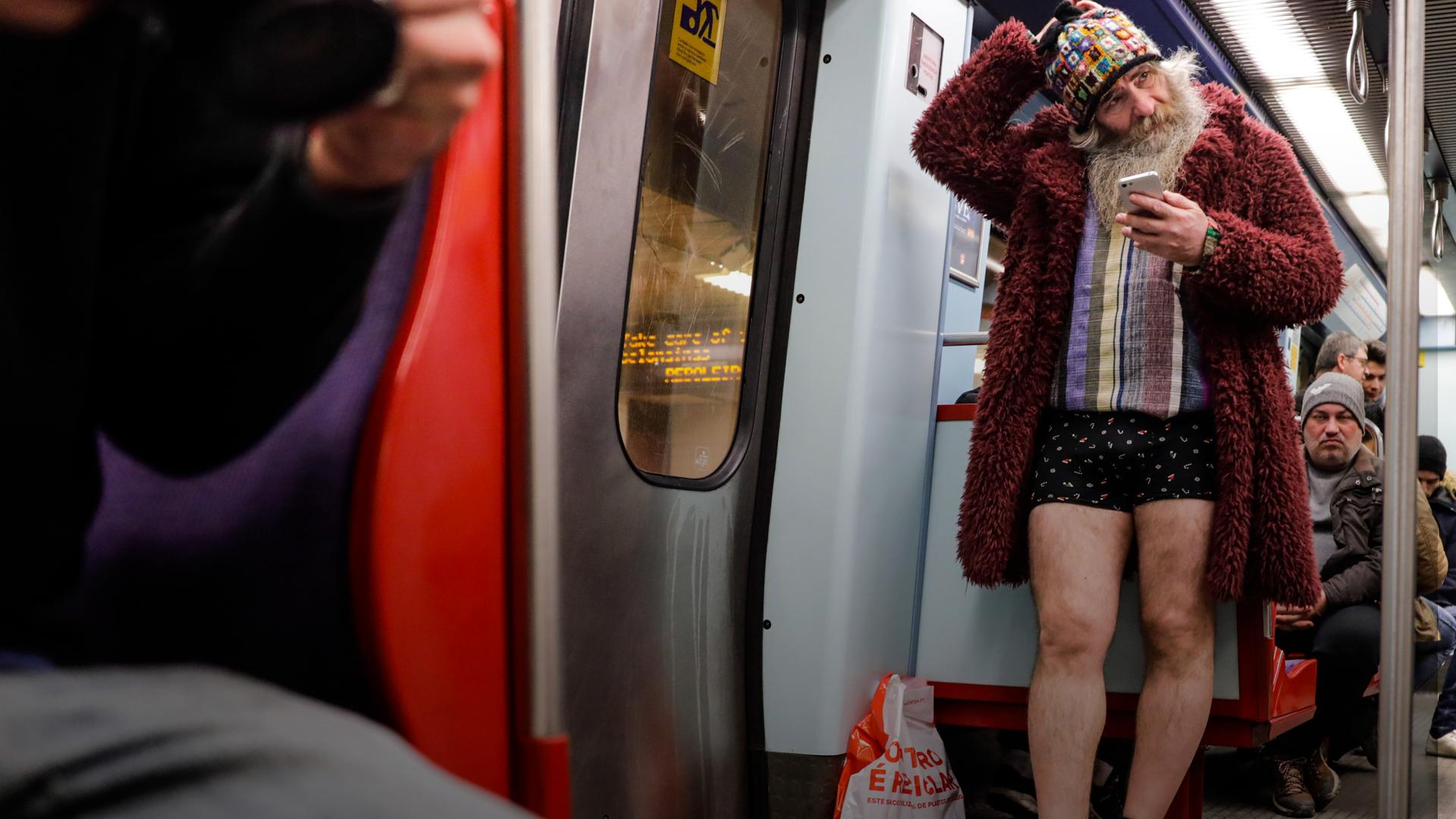 Hoje foi um dia especial: pudemos andar sem calças no metro de Lisboa