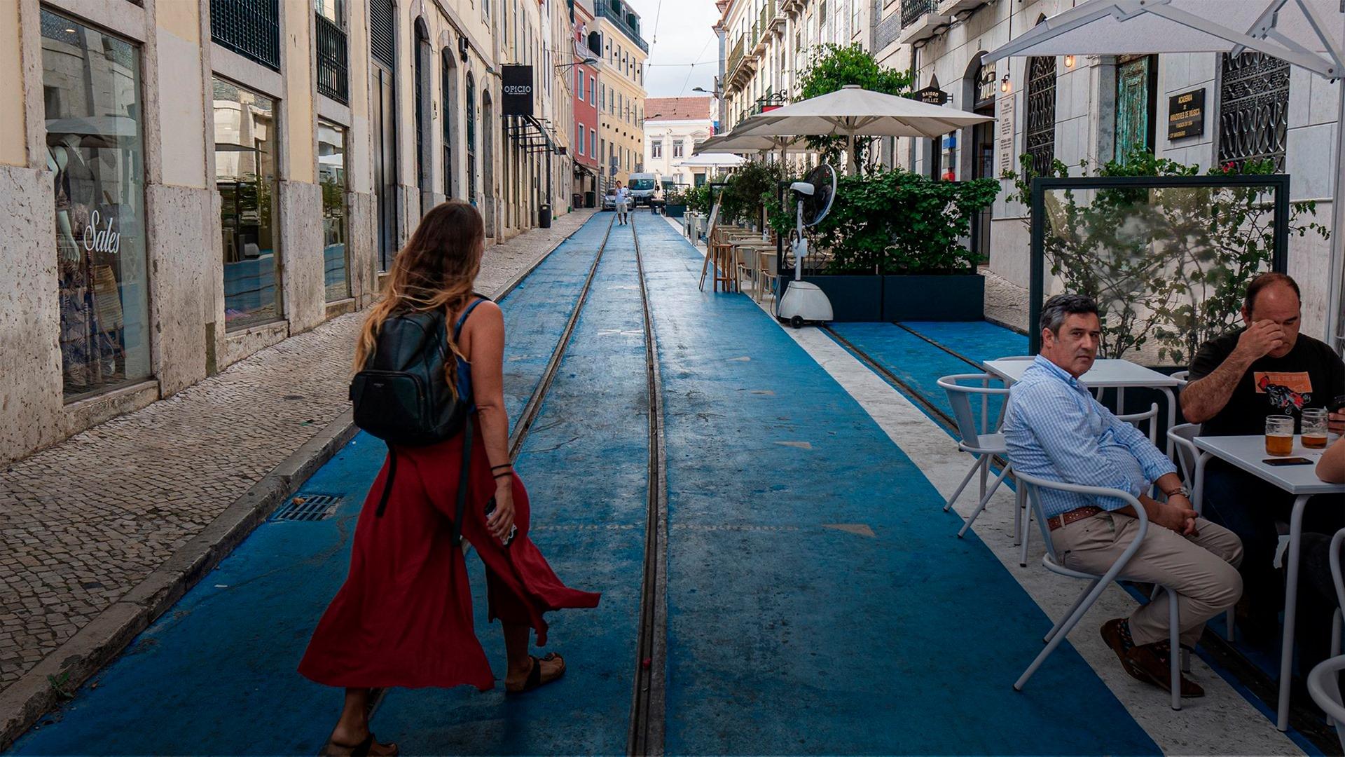 Na nova rua azul de Lisboa há uma esplanada com petiscos e pizzas de José Avillez