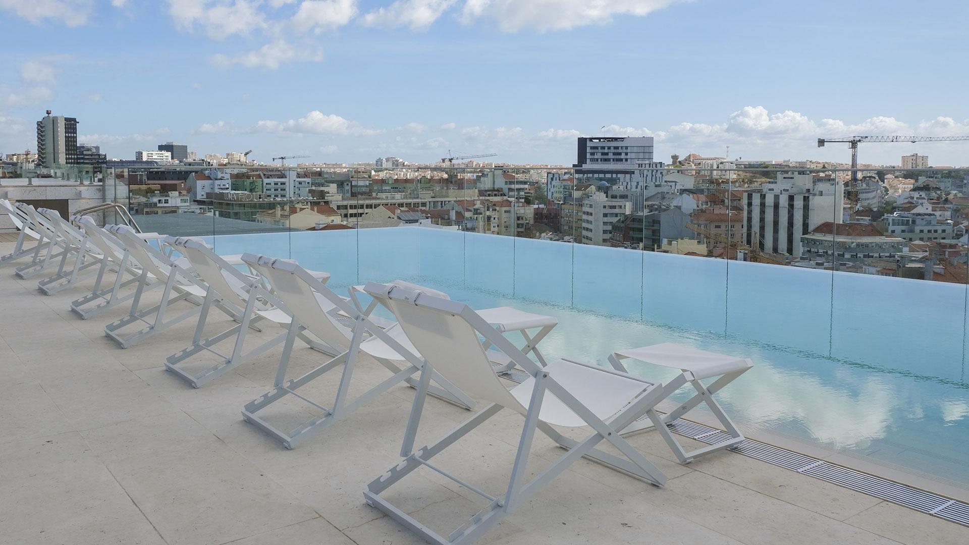 Há um novo hotel cinco estrelas em Lisboa — com uma piscina panorâmica no rooftop